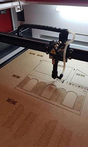 Máquina a laser de cortar MDF